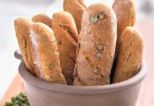 Genuss für zu Hause: Brotstangen mti Pistazien und geraspelten Möhren