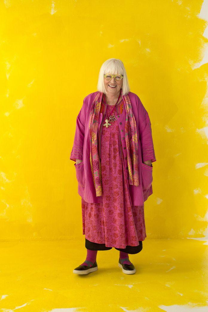 Gudrun Sjödén in ihrem Element: eine farbenfrohe Lady!