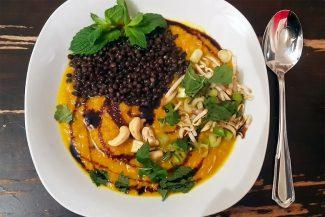 Herbsliche Suppenbowl mit Süßkartoffel, Karotte und Belugalinsen