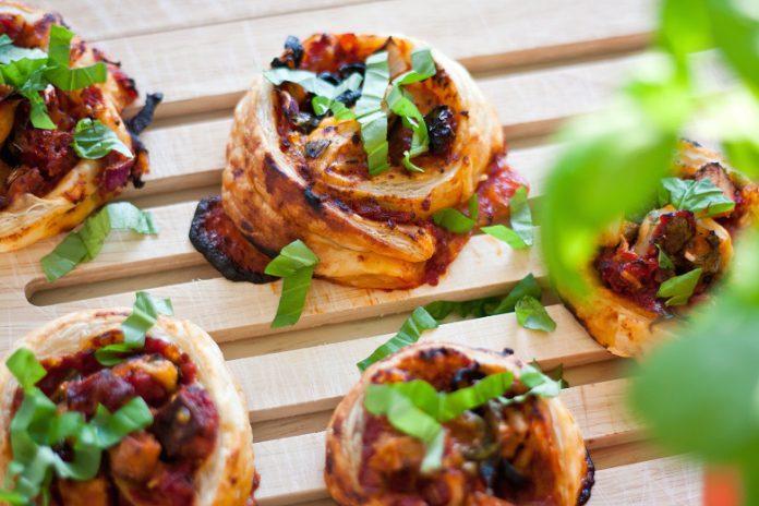 Simply Vegan: Pizzaschnecken mit Tomaten und Oliven