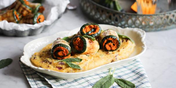 Die vegane Variante der italienischen Rouladen: Zucchini-Involtini mit Kürbis und Salbei-Polenta