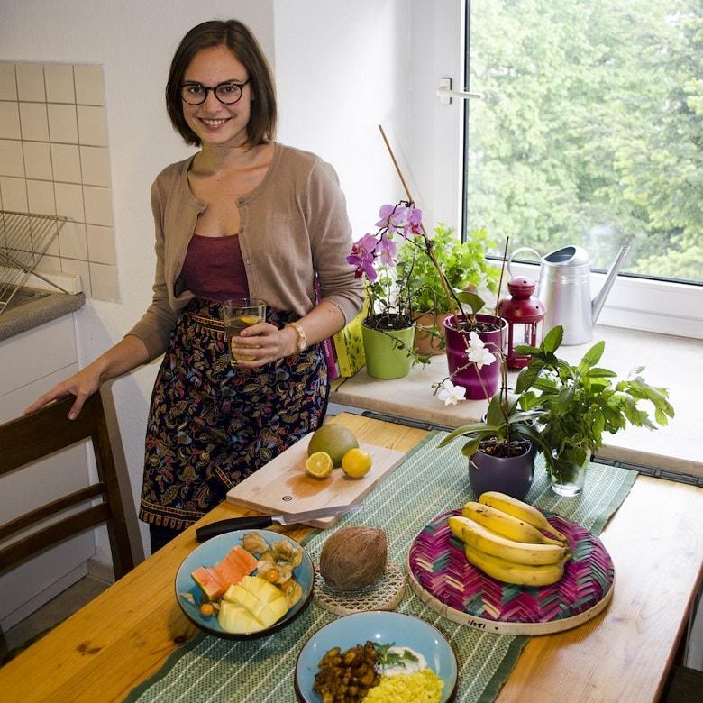 Die Bloggerin Clarissa Juse zeigt, wie man eine leckere, einfache und wunderschöne Torte ganz ohne Eier und Milch bäckt.